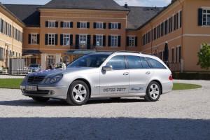 Rhein Taxi vor dem Schloss Johannisberg